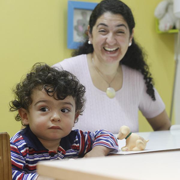 Niña hipoacúsica junto a su madre en una sesión de habilitación auditiva con capacitación a padres