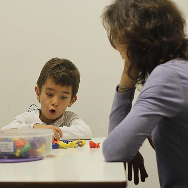 Niño hipoacúsico y su madre en una sesión de habilitación auditiva con capacitación a padres