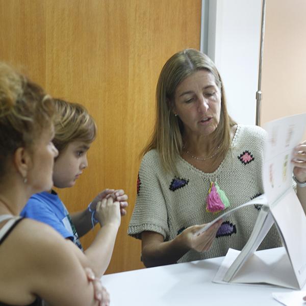 Niño hipoacúsico y su madre en una evaluación de lenguaje