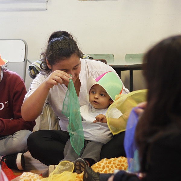 Niño hipoacúsico y su madre en una clase dentro del programa educativo inicial