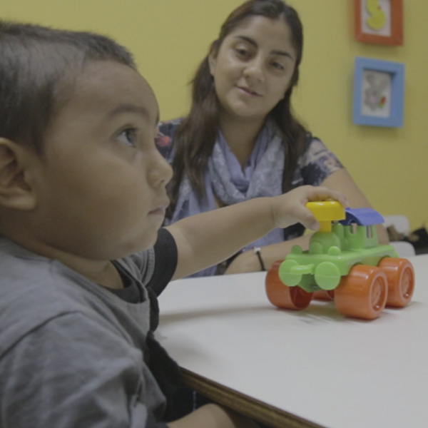 Niño hipoacúsico en una sesión de habilitación auditiva con capacitación a padres