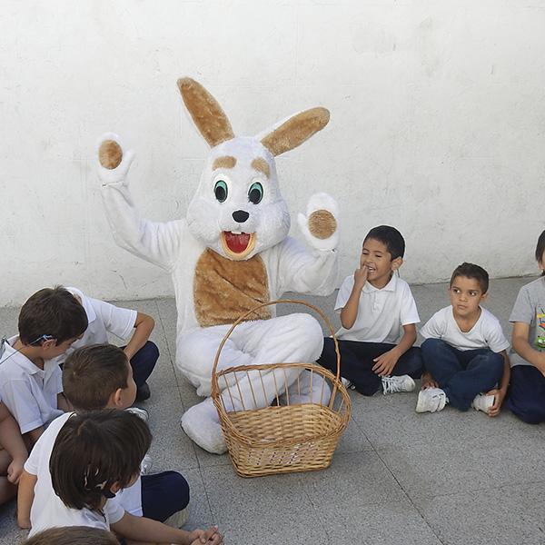 Visita del conejo de pascuas al patio del Programa Educativo de Nivel Inicial.
