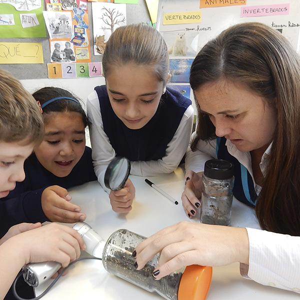 Niños del programa educativo primaria, junto a su docente, en clase.