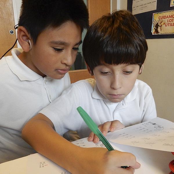 Niños del programa educativo primaria en clase de matemática.